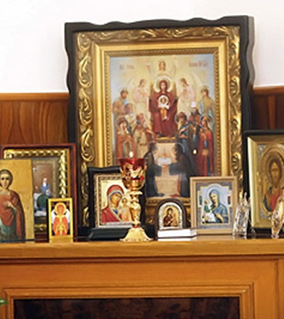 В центре иконостаса, что в кабинете Хорошковского - икона «Похвала Богородице», а рядом - святой Валерий Севастийский, его небесный покровитель.