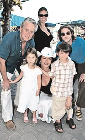 Актер в кругу своей любимой семьи.