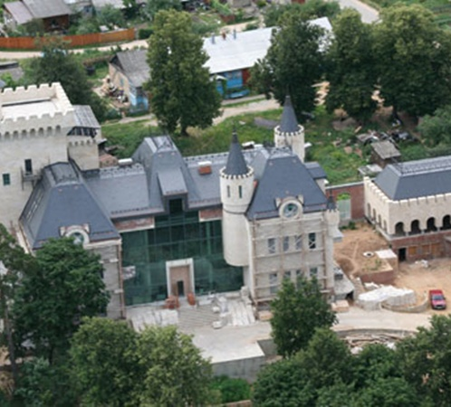 Максим Галкин в деревне Грязь построил настоящий дворец. В нем и собирается поселиться Примадонна.
