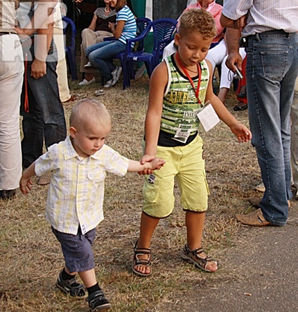 На гала-концерте в Верх-Обском Данилка трогательно водил за руку маленького Мишу Евдокимова. Фото: Иван ВЫСОКОВСКИЙ