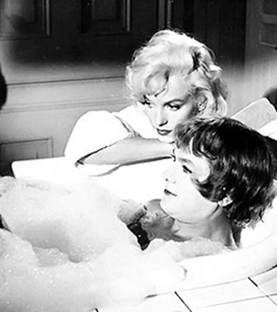 Кадр из фильма «В джазе только девушки». Кертис тоже перевоплотился в женщину.