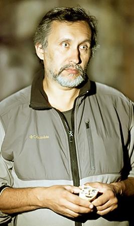 На фото руководитель экспедиции палеогеограф Богдан Ридуш (доцент факультета географии Черновицкого национального университета) держит тот самый зуб.