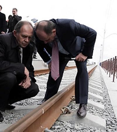 Заммэра Анатолий Голубченко (справа) решил лично проверить качество скреплений.