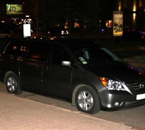 вышла из автомобиля, на лобовом стекле которого можно было увидеть небольшой портрет президента. Фото с сайта ostro.org.