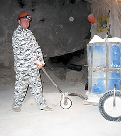 С помощью такой тачки рабочие поднимают на поверхность тонны камней и боеприпасов.