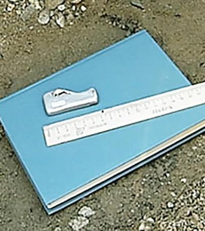Та самая алюминиевая пластинка,потерянная кем-то 2 тысячи лет назад. Размер - 6 см. Для сравнения она лежит на книге рядом с линейкой.