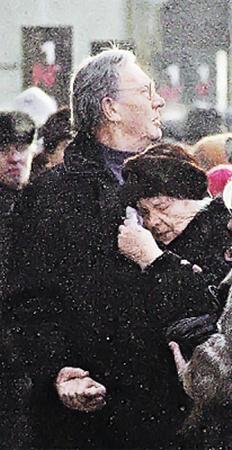 Сводный брат актера Роберт не имеет прав на наследство, но зато их  имеет мама Абдулова Людмила Александровна.