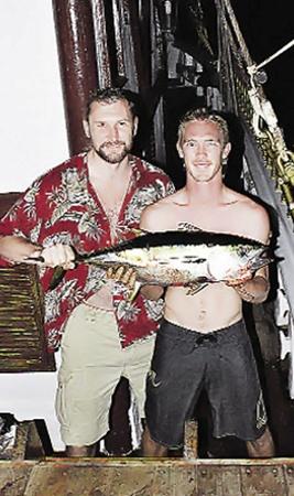 Казак Влад Середа (слева): «Браво, Стефан! Молодца! Ухандокал ты тунца!». Капитан Стефан (справа) - чемпион нашей яхты по фишингу.
