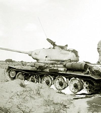 В первых войнах евреи подбивали советские танки, поставленные арабам из СССР, из трофейного немецкого оружия, поставленного тем же СССР Израилю. На снимке: Т-34-85, ставший трофеем армии обороны Израиля.