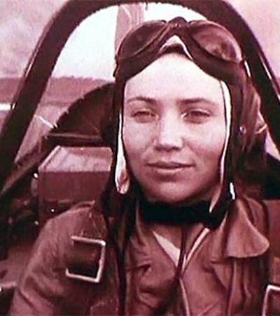 С женой Мариной (тоже летчиком-испытателем) Павел Попович прожил более 30 лет, вырастил двух дочек, но потом сказал: «Хочу домашнего тепла и уюта, поживу теперь для себя» -и ушел к другой женщине.