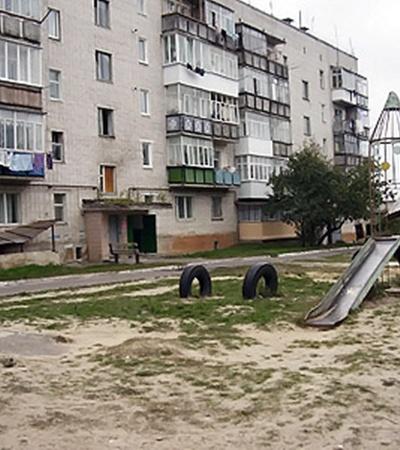 В этом дворе милиционеры зверски избили молодых ребят.