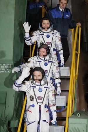 Экипаж корабля за несколько минут до старта.Фото с сайта federalspace.ru