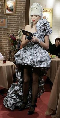 Полякова возвышалась надучастниками в платье изхозяйственных сумок.