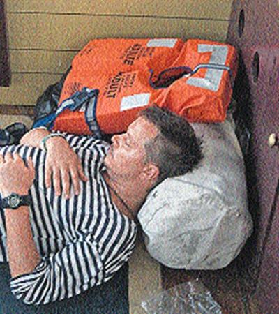 «Мы мудрым следуем советам: спим со спасательным жилетом».  Влад Штепенко и во сне готов к аварийной ситуации.