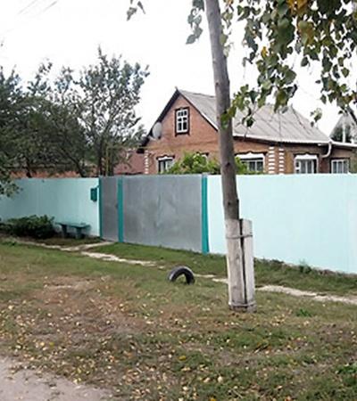 В этом доме в Краснокутске живет пенсионерка Анна Божко. Фотографироваться она категорически отказалась.