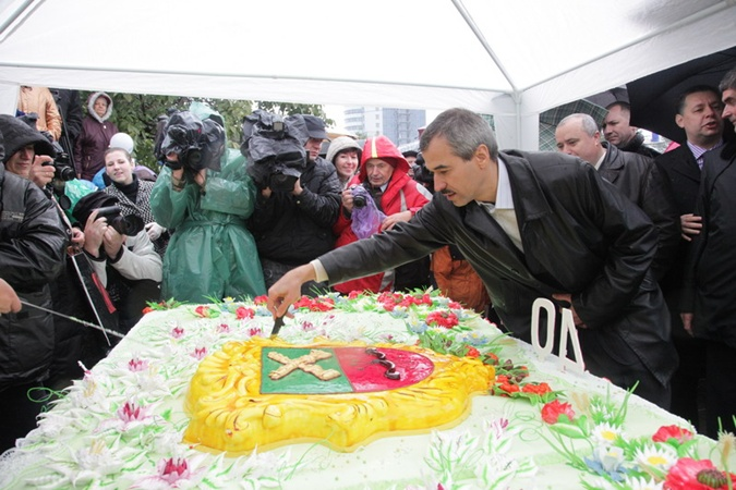 Праздничный торт и.о. мэра Владимир Кальцев разрезал лично.