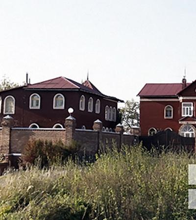 Хозяин замка уверяет, что на месте кладбища сейчас стоят соседские дома.