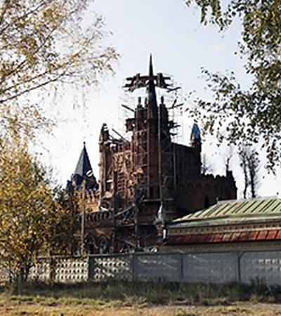 Чтобы в замок не лазили посторонние, его обнесли железобетонным забором.