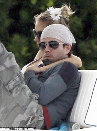 Пара вместе уже восемь лет, но их чувства друг к другу по-прежнему не остыли. Фото: Daily Mail.