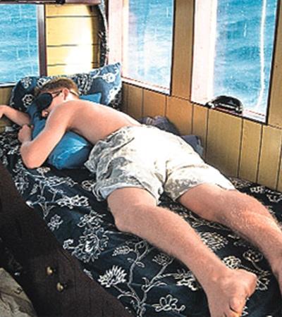 «Команда спит, яхта идет!» Морская болезнь в Индийском океане не щадила ни стариков, ни детей! Но если падал один, поднимался другой! Падал Мешков - поднимался Федор.
