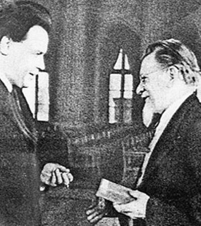 Всесоюзный староста Михаил Калинин (справа) вручает орден Николаю Вознесенскому.