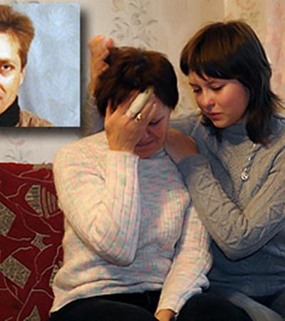 Жена и младшая дочь погибшего водителя автобуса Николая Гречки в шоке отслучившегося.