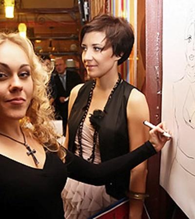 Алеша рисовала портрет Леры Черненко левой рукой.