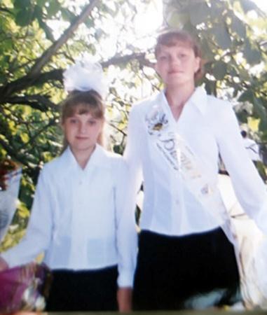 Лена и Настя Сметанко остались круглыми сиротами. Фото 2005 год.