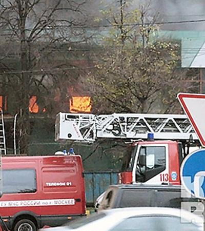 Из ресторана огонь перекинулся на соседнее офисное здание, принадлежащее Первому московскому часовому заводу.