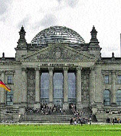 Фостер реконструировал рейхстаг и надстроил над ним стеклянный купол.