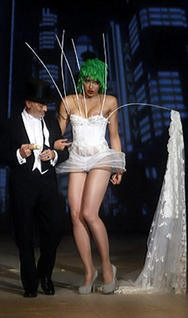 Телеведущая Виктория Бардо в качестве финальной невесты на показе Залевского пустилась во все тяжкие.