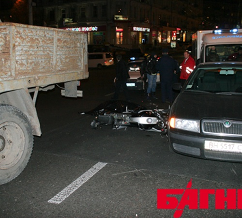 Падая мотоциклист зацепил авто Shkoda. Фото с сайта bagnet.org.
