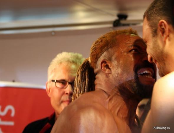 Бриггс и Кличко на взвешивании. Фото с сайта allboxing.ru.