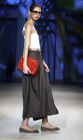 Естественную простоту от Ирины Каравай дополнят очки в деревянной оправе и сумочки-леденцы.