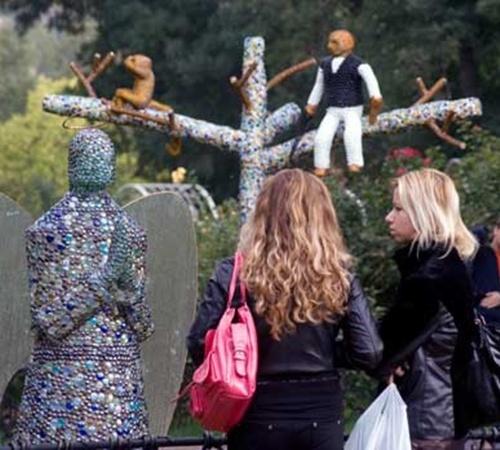 Посетители сада фотографируются с необычными скульпутрами. Фото kiport.info