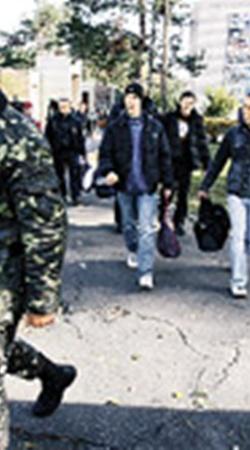Будущие матросы рады, что едут на Черное море.