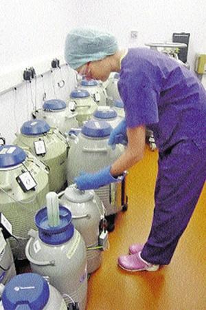 Человеческие эмбрионы хранят в баках при температуре минус 1960 С.