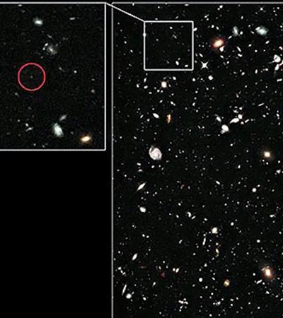 Галактика на краю Вселенной выглядит крошечным бледным пятном.