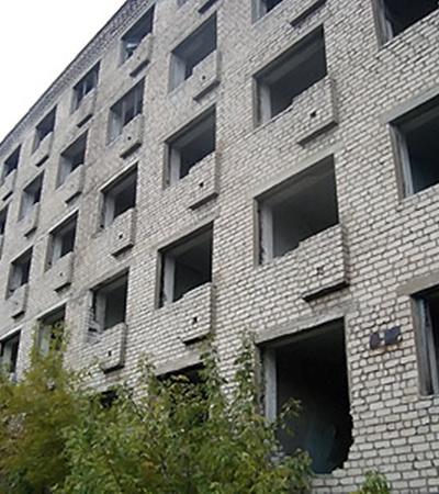 В этом заброшенном здании на окраине города обнаружили тело девочки.