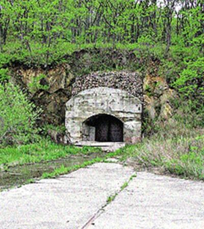 В 70-х тоннель еще охранялся, а теперь он совсем никому не нужен.
