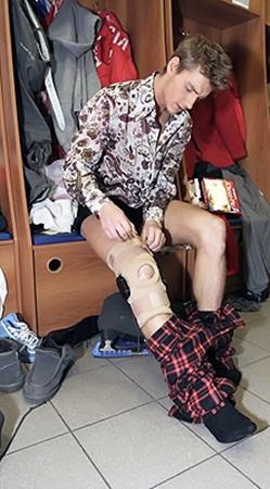 На правую ногу артисту надели армированный ортез (фиксирующий коленный сустав «рукав».