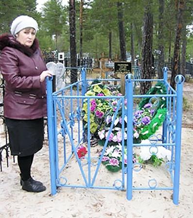 Наталья Подложевич у могилы своего сына Сереженьки, которого она не дала спасти.