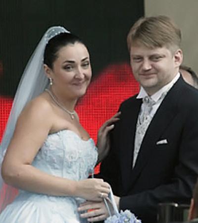 После развода с последним мужем бизнесменом Александром Зарубиным Лолита взяла тайм-аут в личной жизни.