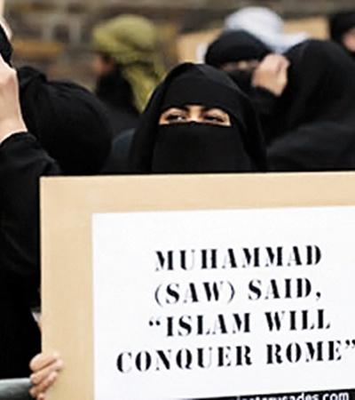 На этом плакате написано: «Мухаммед сказал: «Ислам завоюет Рим!» А Европу?