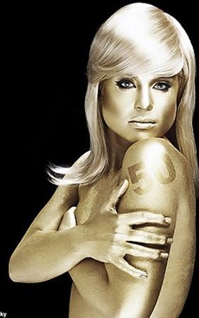 Звезда предстала в образе героини бондианы.