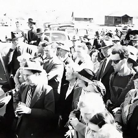 Парень на фото 1941 года вызвал подозрение своим современным прикидом, многие детали которого не соответствовали тому времени.