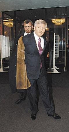 Ринат Ахметов так спешил на концерт, что снимал пальто на ходу.
