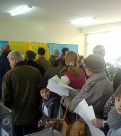 В кабинки для голосования выстраиваются огромные очереди