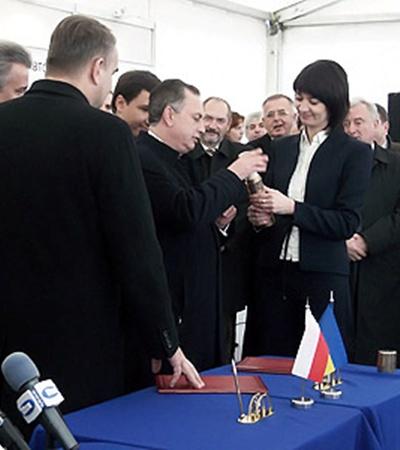 Вице-премьер Украины написал потомкам послание, капсулу с которым заложили под новую дорогу.