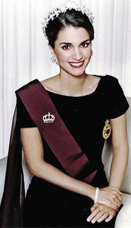 Королева Иордании Рания - эталон современной женщины Востока - одинаково хороша и в джинсах, и в короне.